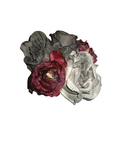 Flor teñida en rojos y grises